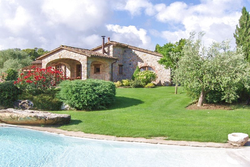 """The Great Estate Group sells a """"gioiello di casale"""" a""""Piccolo Gioiello""""; this is not only the name that's on the door, but a jewel of a farmhouse on the tuscan umbrian border."""