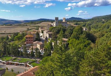 Buy a prestigious farmhouse in San Casciano dei Bagni. Only a short distance from Val d'Orcia