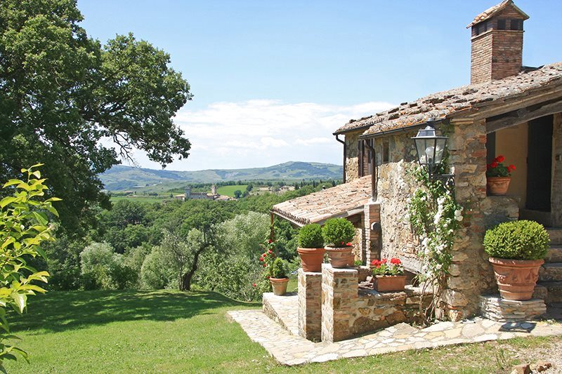 Selling a farmhouse in Tuscany to an important american client. Stefano Petri talks about the next major sale