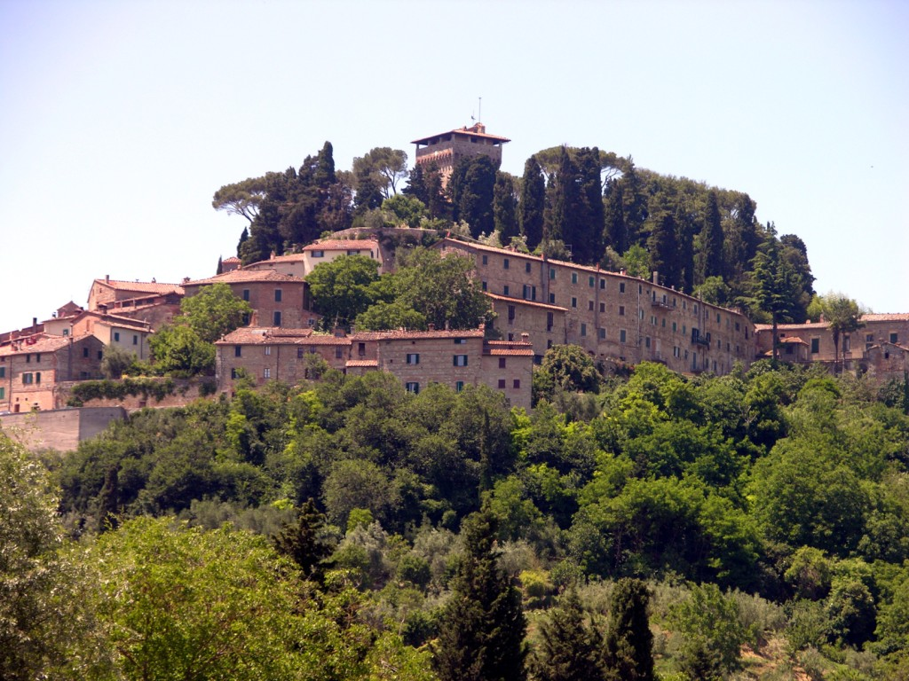 Cetona: the Etruscans, the Middle Age and the amazing farmhouses in its countryside