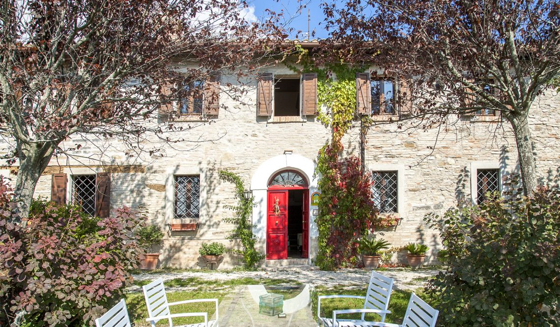 A red door opened on the Marches hills: Casale Silvia