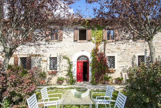 Una porta rossa che si apre sulle colline marchigiane: Casale Silvia