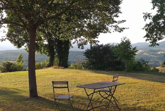 """L'Antica Pietra"": a natural terrace overlooking green woods and soft hills"